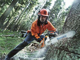 Профессиональнгая бензопила для валки леса