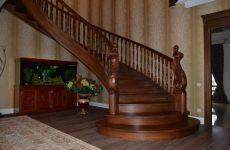 Достоинства лестницы в дом из массива дуба