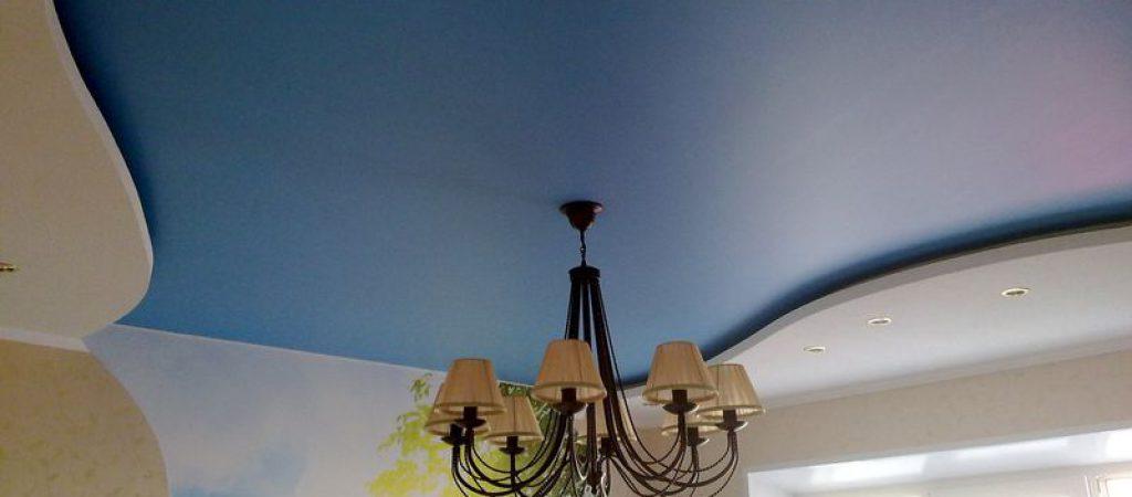 Внешний вид и основные особенности сатиновых натяжных потолков