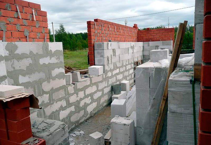 Проблема выбора: построить дом из кирпича, дерева или газобетона?