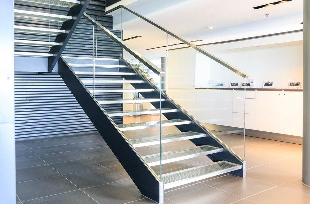 Сочетание материалов в изготовлении металлических лестниц