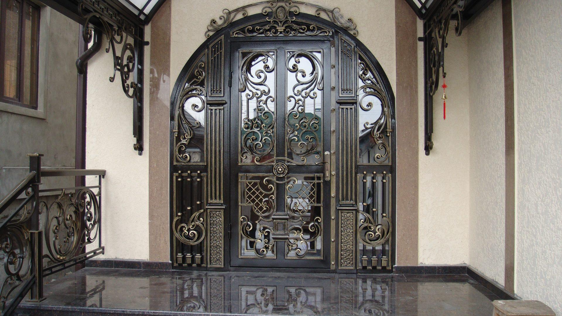 Как украшают металлические двери?